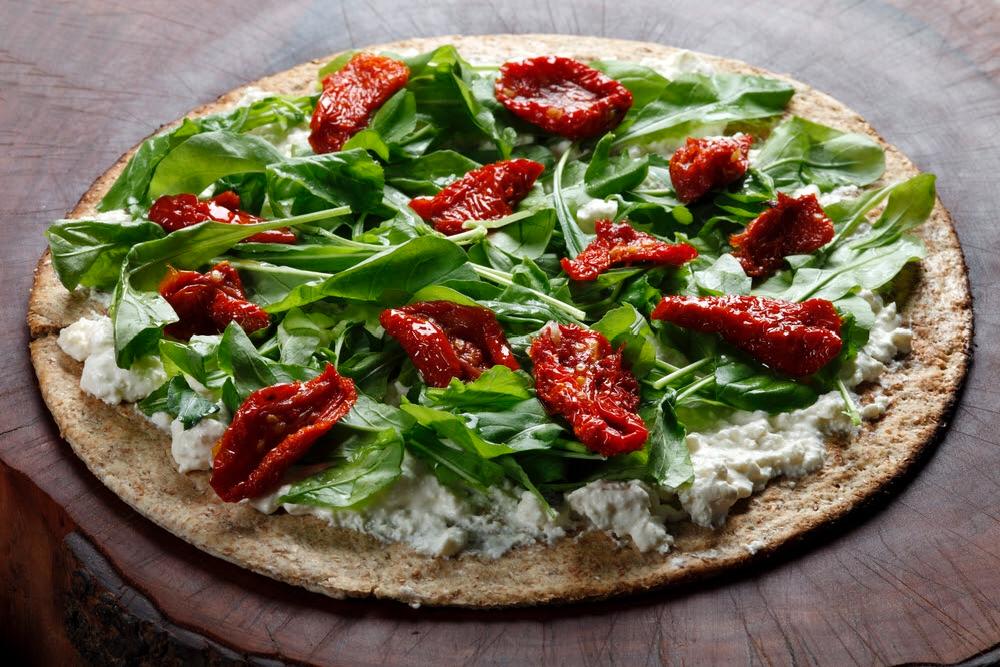 pizza fit farina d'avena rucola e pomodorini secchi