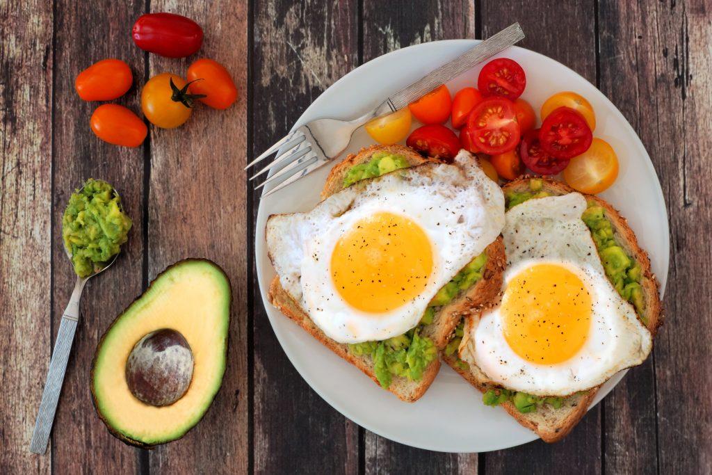 avocado toast con uova e pomodorini selene genisella sgprogram
